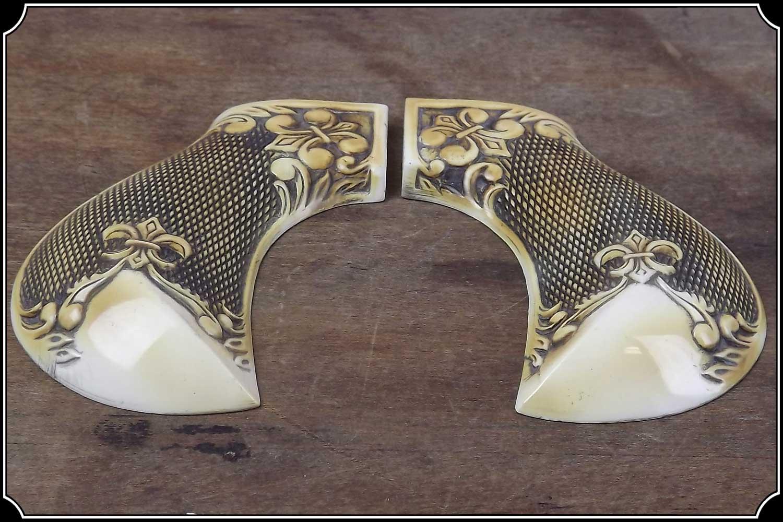 Grips ~ Cimarron Thunderer - Fleur de Lys checkered grip RJT#490